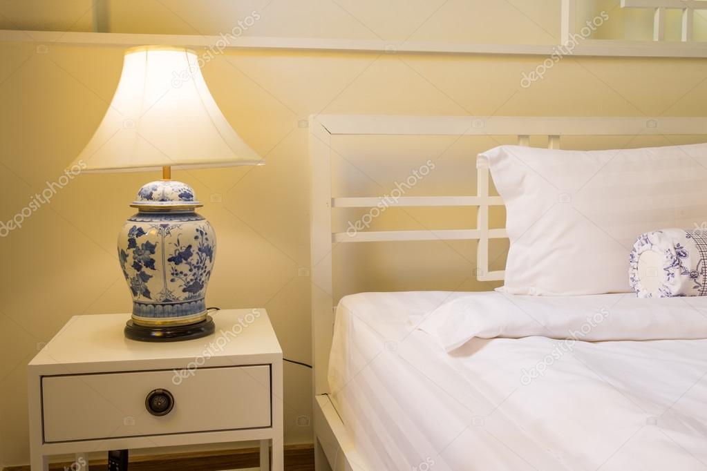 Lamp Slaapkamer Nachtkastje : Gezellige slaapkamer interieur met kussens en retro lamp op het