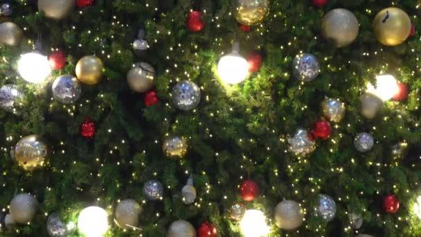 Sok labda és könnyű dekoráció karácsonyfán ünnepelni fesztivál.