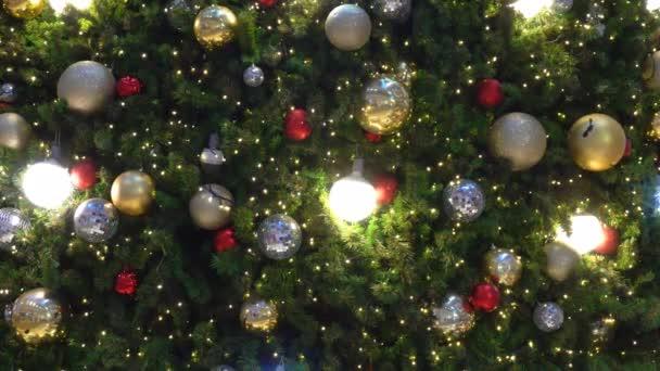 Mnoho míč a lehká dekorace na vánoční stromeček na oslavu festivalu.