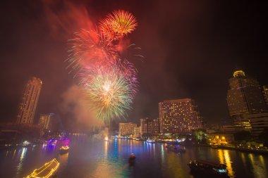Havai fişek dumanlı Chao Phraya River geri sayım kutlama parti 2016 Bangkok Tayland