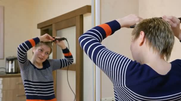 Hübsche Smiley Blond Kurze Haare Frau Locken Haare Stockvideo