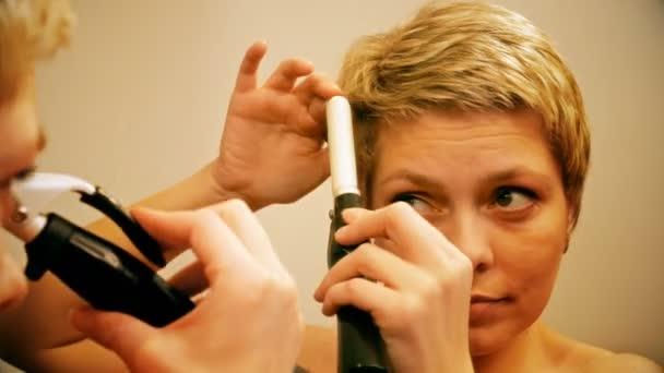 Frau Kurze Haare Locken Haare Mit Lockenstab Stockvideo