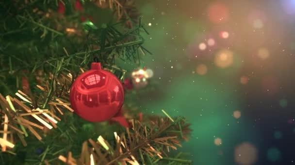 Gyönyörű fények és díszek közelről karácsonyfa