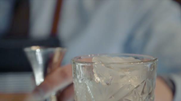 Barman kuchaři koktejl