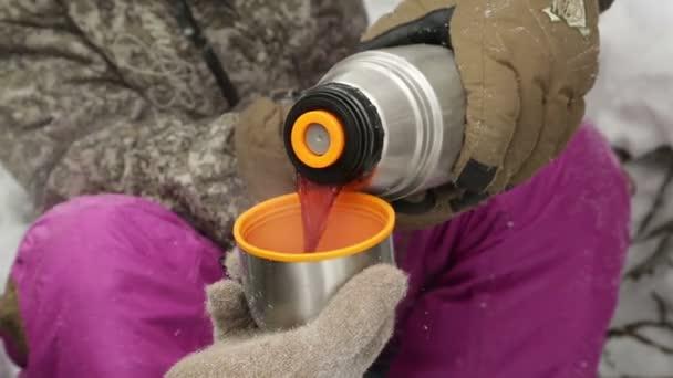 Ruční plnicí pohár s horkým nápojem