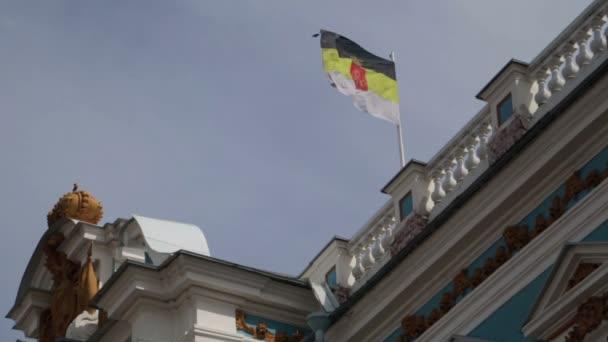 Zavřít pohled palác Kateřiny a Imperial ruské vlajky