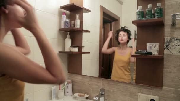 fiatal nő a fürdőszobában