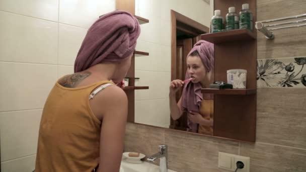 mladá žena, čištění zubů