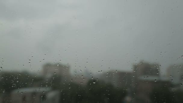 kapky vody na okno