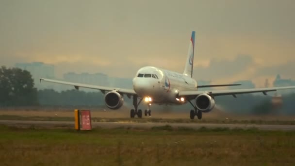 Flugzeug hebt von Landebahn ab