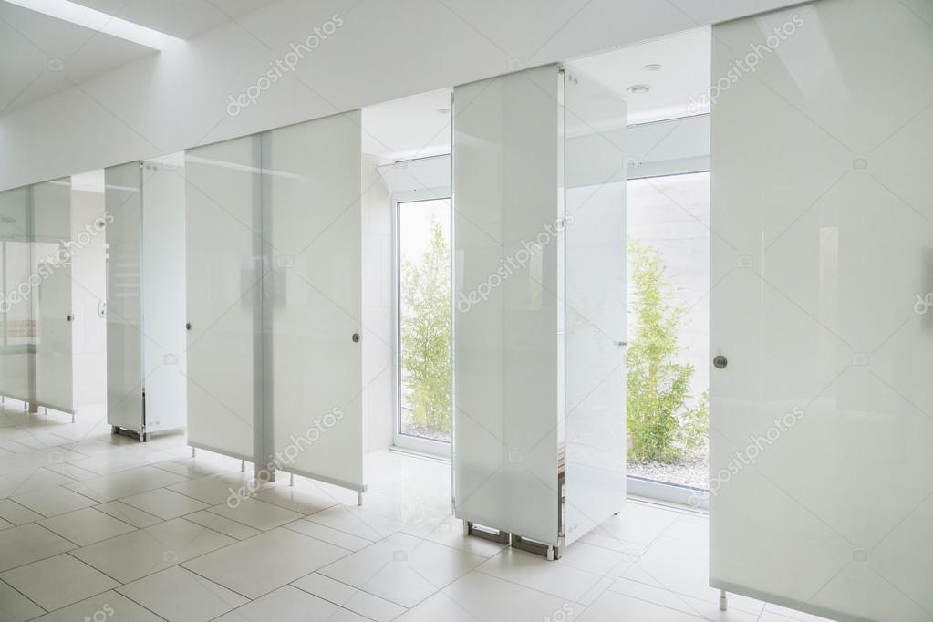Modernes Badezimmer Interieur aus Marmor mit Glas Tür Dusche und ...