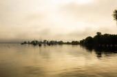 Anlegestelle am Ammersee, nebliger Tag, Landschaft, blauer Himmel