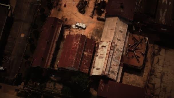 Industriestandort mit Lagerhallen und alter Fabrik