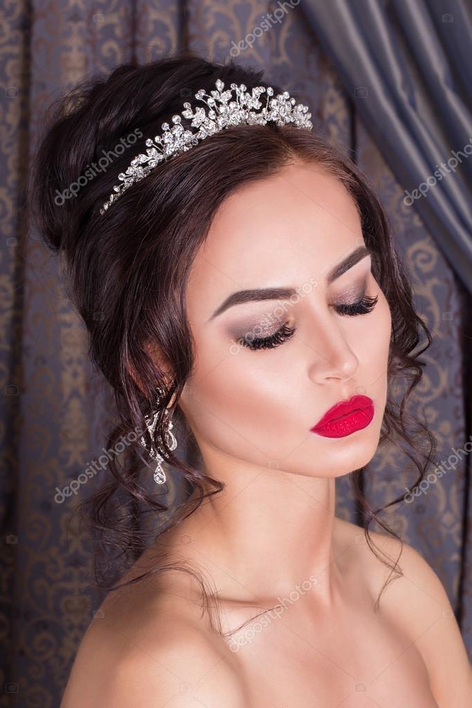 Schöne Braut und schönen Hochzeitskleid. Brautkleid ...