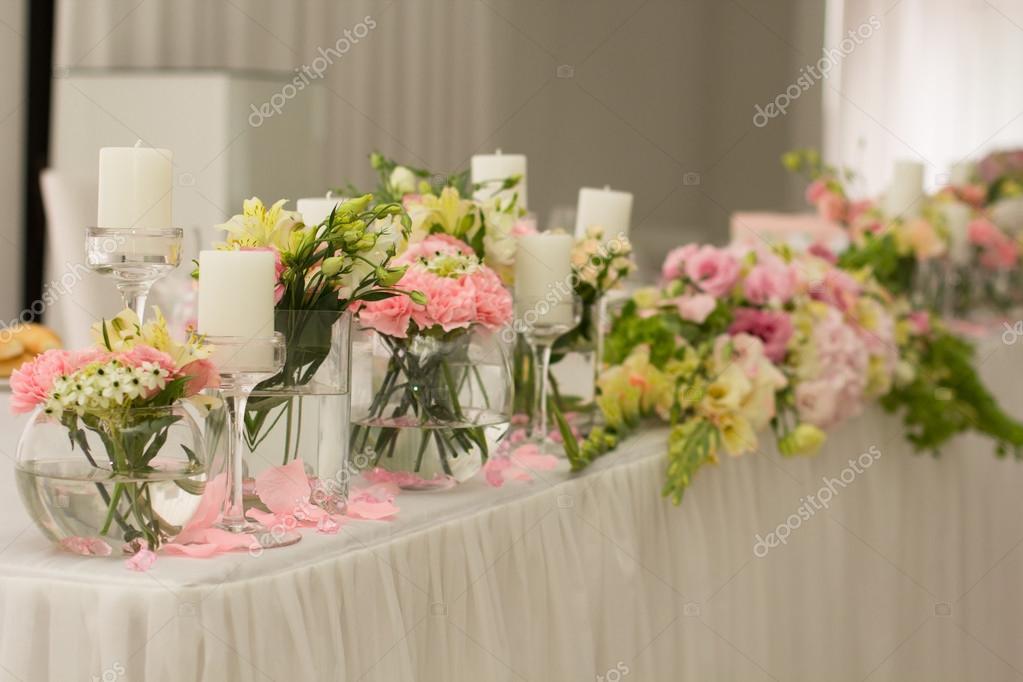 d711f7a8a8 Esküvői asztaldísz. Beállítása egy esküvői vacsora asztalra. Szép virágok a  táblához esküvő napján. Tavaszi dekoráció — Fotó szerzőtől ...
