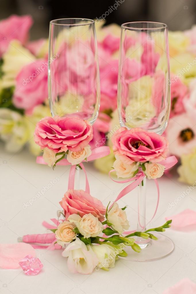 4f5bb27cb0 Esküvői asztaldísz. Beállítása egy esküvői vacsora asztalra. Szép virágok a  táblához esküvő napján. Tavaszi dekoráció — Fotó szerzőtől ...