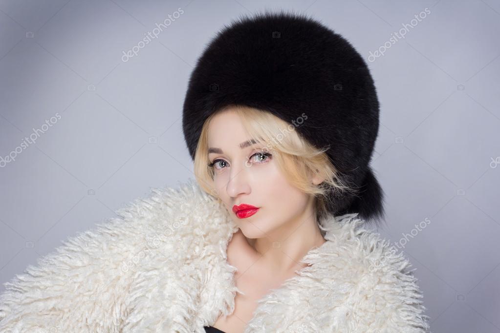 Télen nő a luxus bundát. Szépség divat modell lány. Gyönyörű téli lány téli kötött  sapka és sál — Fotó szerzőtől catdesign b5503c087d