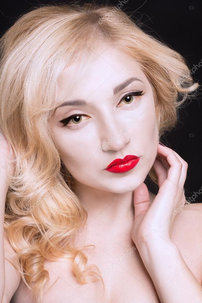 Красивые сексуальные блондинки на темном фоне