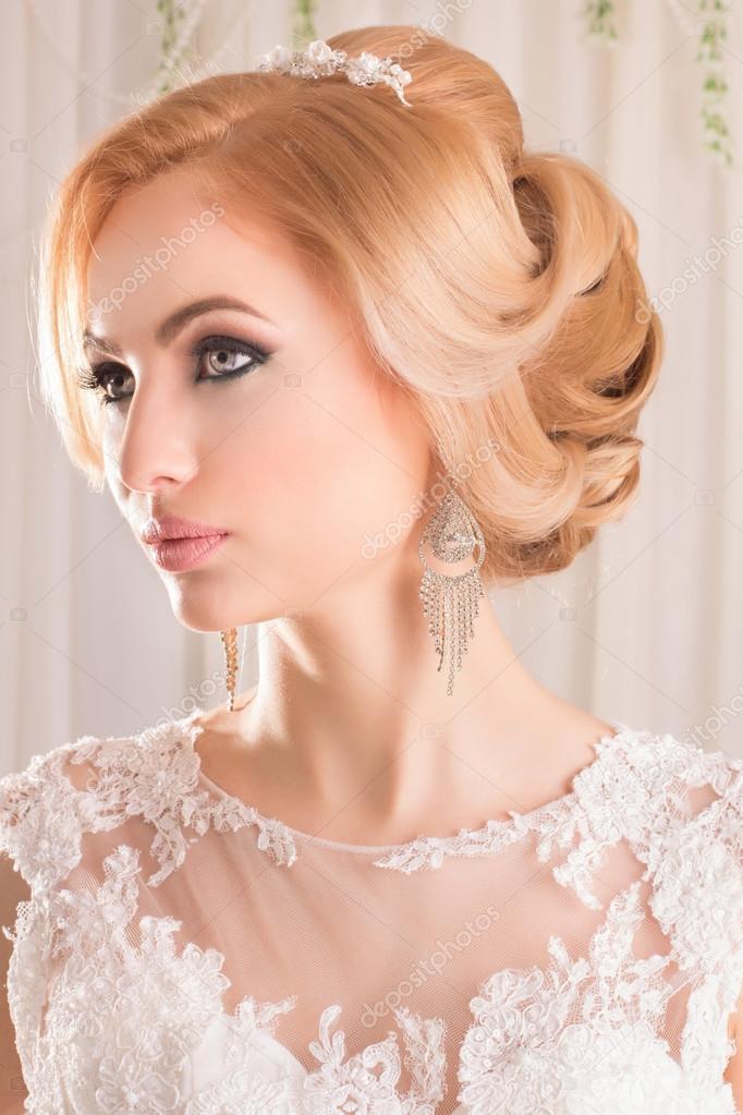 ab9309d89c6010 Краса жінки з весільну зачіску та макіяж. Мода нареченої. Ювелірні вироби і  краси. Жінка в Білій сукні, досконалої шкіри. Дівчина з стильні стрижка —  Фото ...