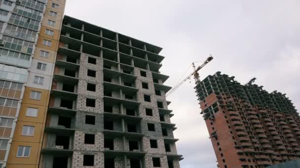 Finanční krize ve stavebnictví. Nedokončená výšková budova, nefunkční stavební jeřáby na staveništi. Výchozí hodnota stavební společnosti