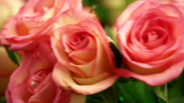 Barevná kytice růžových růží se otáčí. Dárek na květiny. Svatební výročí. Dárek pro ženu. Kytice květin. Dodávka kytici květin. Selektivní zaměření, mělká hloubka pole