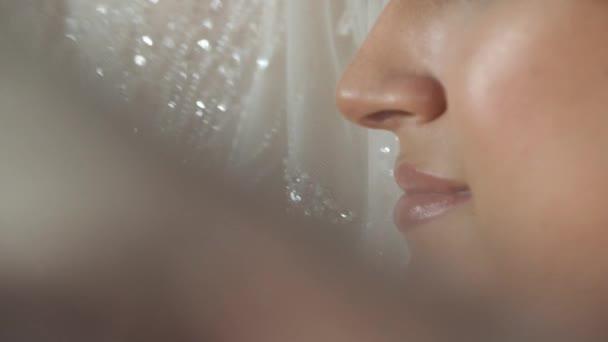 Schönes Lächeln eines kaukasischen Mädchens, das vor der Kamera posiert. Make-up und schneeweiße Zähne