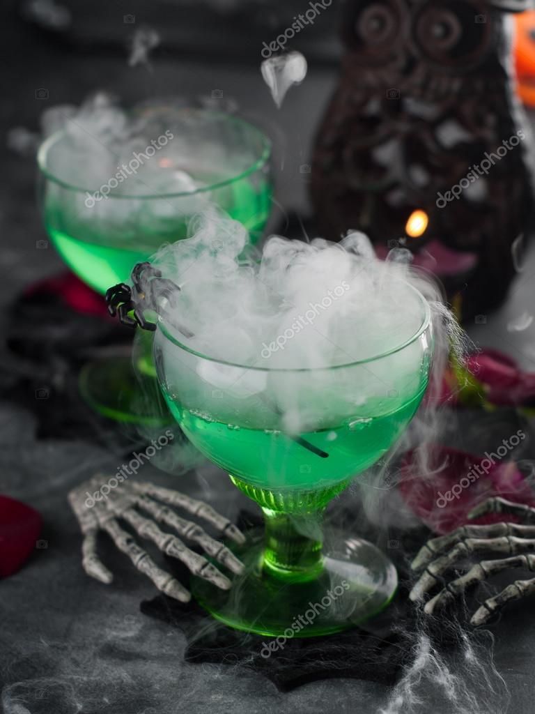 Grüne Halloween Getränk für party — Stockfoto © Wiktory #56838087