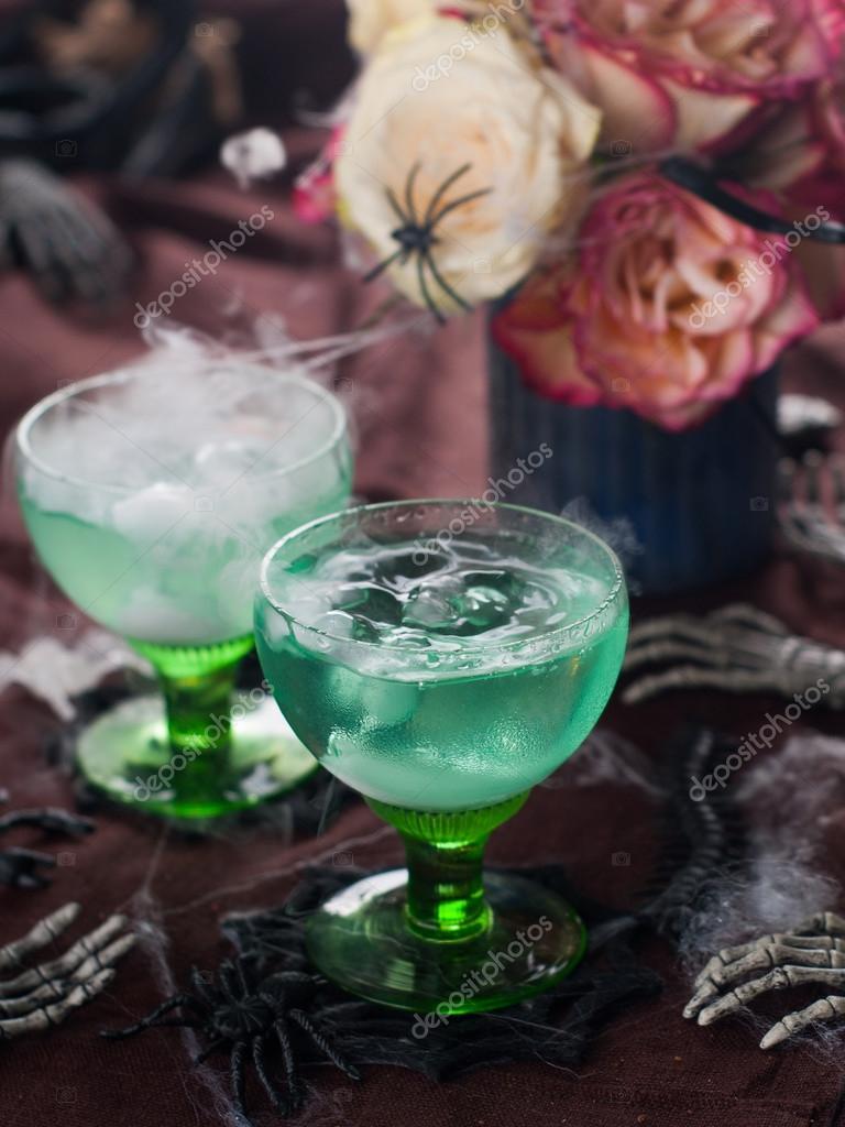 Grüne Halloween Getränk für party — Stockfoto © Wiktory #56838089
