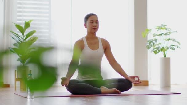 Klid atraktivní asijské ženy praxe jóga lotos pózovat meditace v ložnici po probuzení v dopoledních hodinách Pocit tak pohodlné a relaxovat doma, Zdravotní péče a cvičení doma Koncepce
