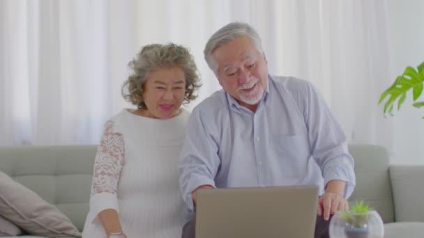 Happy Wellness Asijské Starší nebo Senioři pár s bílými vlasy pomocí počítače notebook VDO konference Call on-line setkání s rodinou a úsměv doma, Důchod životní styl doma koncept