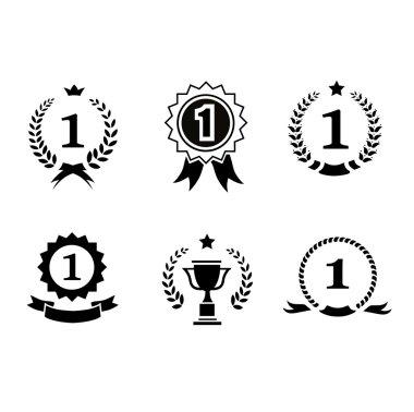 """Картина, постер, плакат, фотообои """"набор черно-белых круглых эмблем победителей с иконами лидеров лавровые венки, розетки ленты, прикрепляющие номер 1 к наградной короне """", артикул 69719163"""