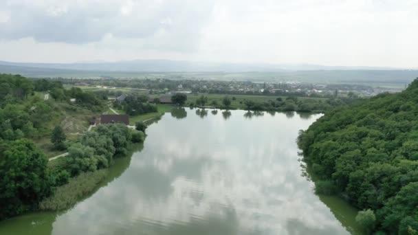 4K. Rekreační středisko Semigorye. Pozemek se nachází 50 km od Anapy, nedaleko Novorossiysk. Fotografování ze vzduchu v létě na luxusních polích vinice.