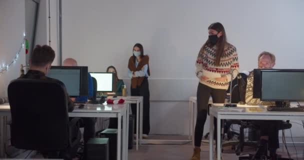WS Lidé v obličejových maskách pracující v noci v kanceláři