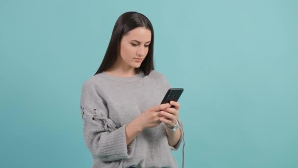 Nahaufnahme einer Frau mit Smartphone. Mädchen SMS an ihren Freund auf ihrem Handy.