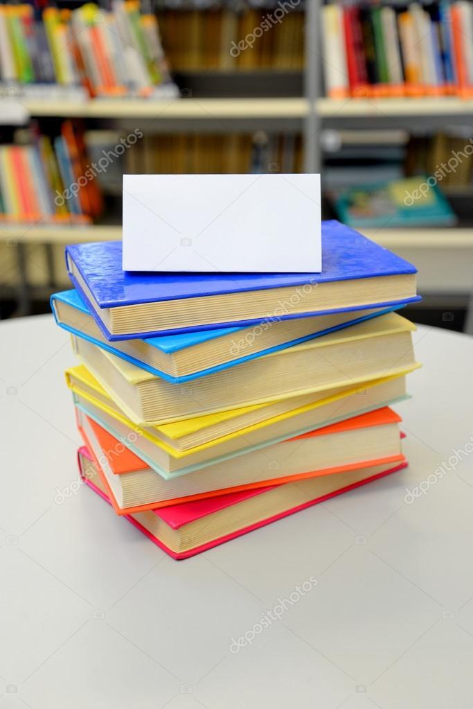 Gestapelte Bücher. Bücher in der Bibliothek. Stapel Bücher. Bunte ...