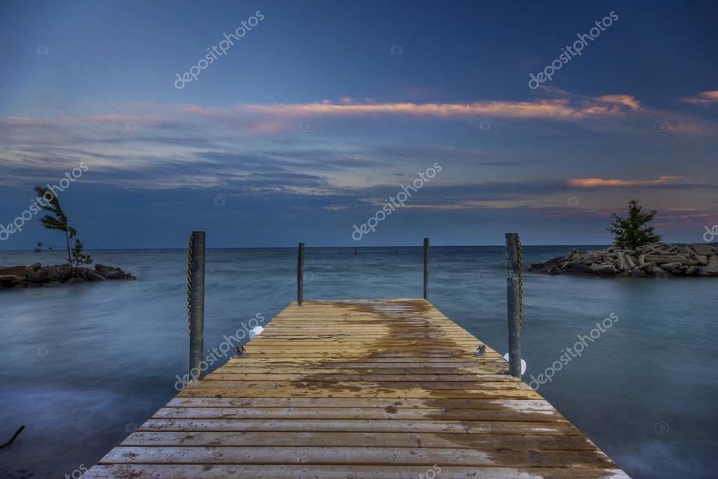 atardecer en el lago ontario u foto de stock