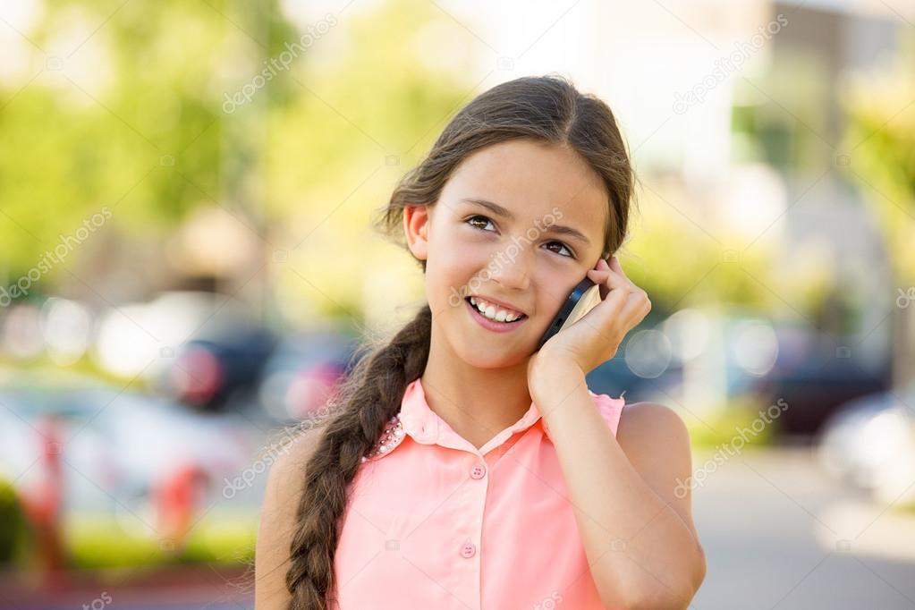 Bebe Hablando Por Telefono: Chica Feliz Hablando Por Teléfono Móvil, Inteligente