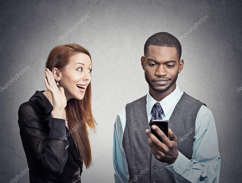 Mann vom Smartphone besessen und ignoriert Frau