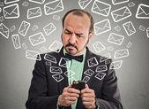 Fényképek üzleti ember elfoglalt küldött üzenetek e-maileket szúró telefon