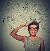 Fotografie portrait wondering young woman has many ideas