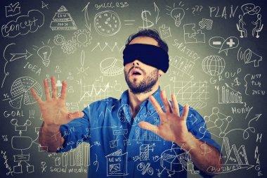 Sosyal medya mali veri planı ile yürüyüş arama blindfolded genç iş adamı