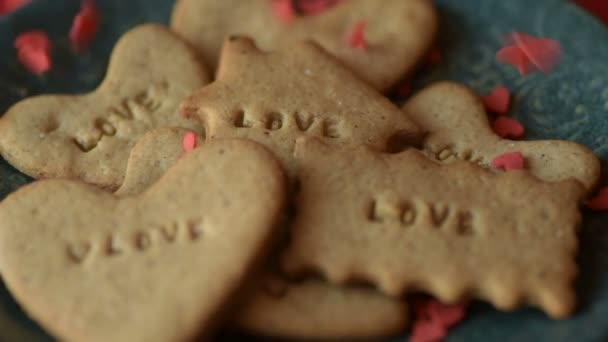 Vörös skarlát szív alakú cukor konfetti morzsolódik, és esik le a cookie-t a szeretet írt rá. Romantikus szerelem, szeretet Szent Valentin-nap, Anyák napja, esküvő előkészítése design koncepció