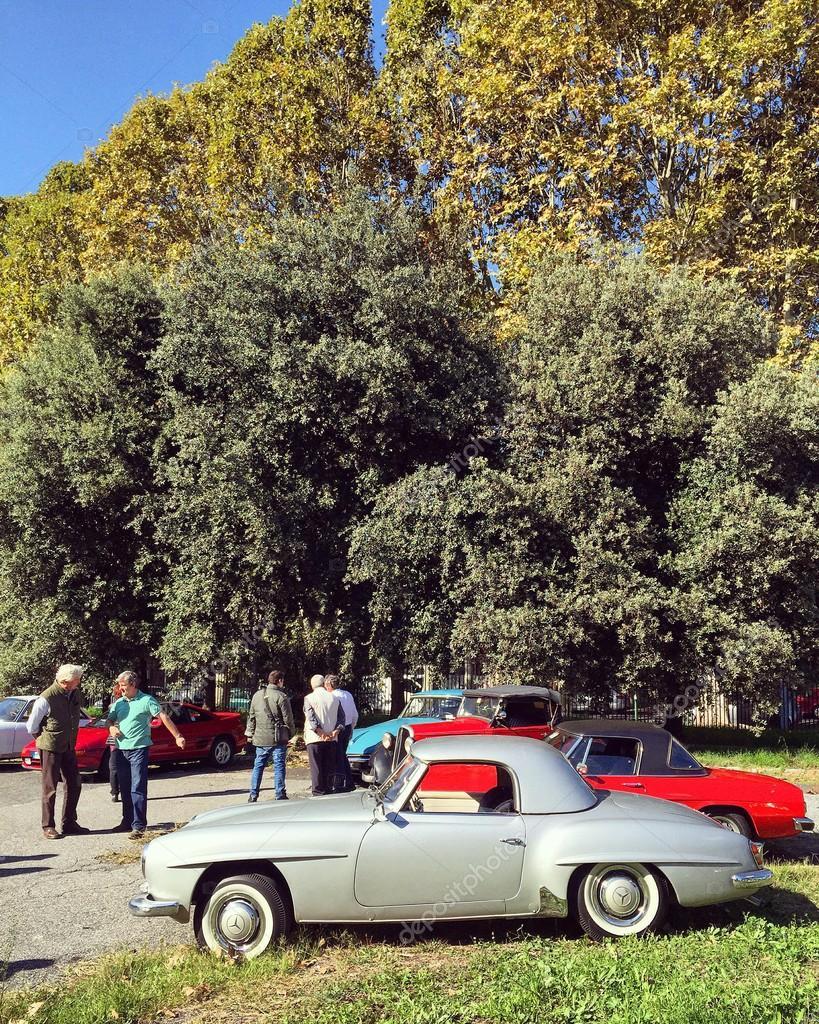 Ausstellung alter Autos — Redaktionelles Stockfoto © 3290162_clashot ...