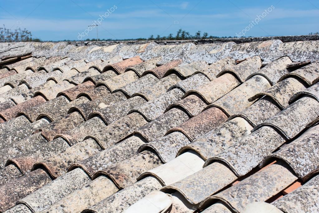 Tetto di siciliano con vecchie mattonelle di terracotta u2014 foto