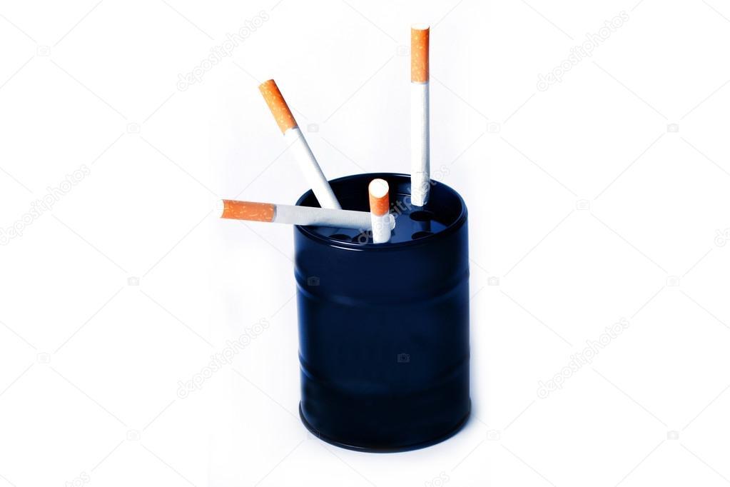 Два сигарет і попільничка у вигляді чорний банки з прикольними написами —  Фото від milanika f5143ecf654c6