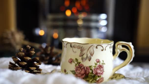 Forró kávé vagy csésze tea gőz elmosódott kandallóval a nappaliban háttér, Jelenet hangulatos és pihentető reggeli borús napon ősszel vagy télen, angol tradicionális