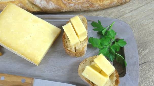 plátek sýra Cantal a bageta na chleba
