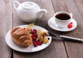 Výborné snídaně s čerstvými croissanty a zralé plody