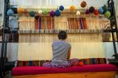 Kappadokien - 17. Mai: Frau bei der Teppichherstellung