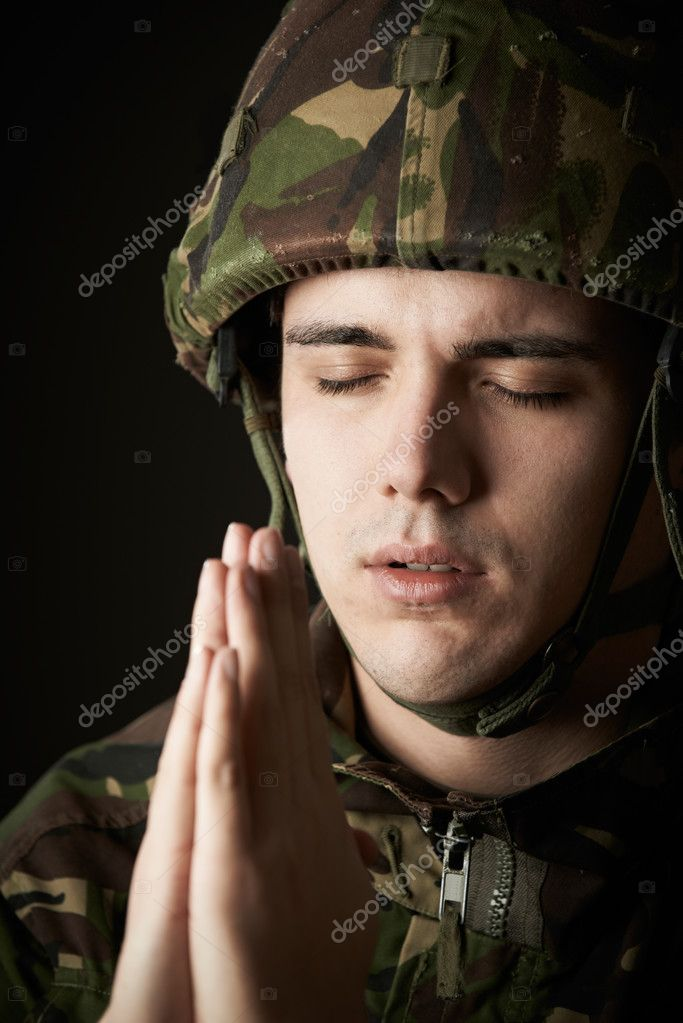 Retrato Estudio Soldado Uniforme Orando Foto De Stock
